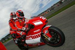Герхард Бергер на Ducati MotoGP Desmosedici с Рэнди Мамола