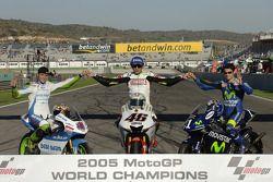 Традиционное фото чемпионата: чемпион 2005 года MotoGP - Валентино Росси, и чемпион в классе 125cc Т