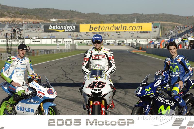 La tradicional foto de los Campeones del Mundo de 2005: El Campeón del Mundo de MotoGP Valentino Rossi, con el Campeón del Mundo de 125cc Thomas Luthi y el Campeón del Mundo de 250cc Dani Pedrosa