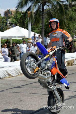 Bike stunts by Oliver Ronzheimer