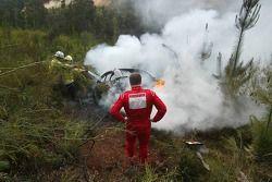Даниэль Карлссон наблюдает за последствиями аварии