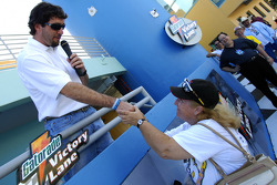 Ford Innovation Drive: Elliott Sadler meets a fan