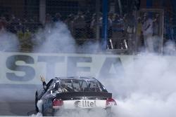El ganador de la carrera, Ryan Newman celebra