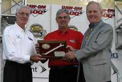 Humpy Wheeler accepts the 'Smokey Yunick Award' from Glen and Leonard Wood