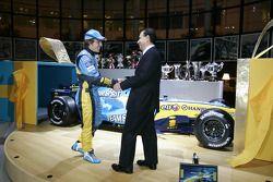 Le président de Renault Carlos Ghosn présente Fernando Alonso avec un cadeau particulier