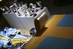Les trophées et la Renault R25 en présentation