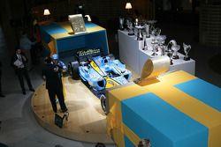 Carlos Ghosn, le président de Renault, présente Fernando Alonso avec un cadeau spécial : la Renault R25 championne du monde