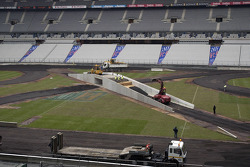 Monday, November 28: the concrete outer protective walls are positioned, construction of the track using 1,750 tonnes of tar underlay, the concrete elements (100 tonnes) required for the cross-over are assembled in the centre of the stadium using a 50-ton
