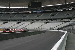 Jeudi 1er décembre : les bandes peintes sur l'asphalte, la piste nettoyée et les deux voies balisée