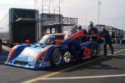 L'équipe Robinson Racing pousse la Lexus Riley n°44 sur la grille de départ