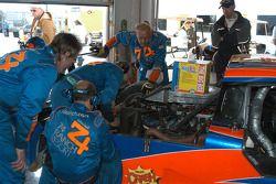 #74 Robinson Racing Lexus Riley dans le garage pour des réparations
