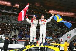 Победители Кубка наций Том Кристенсен и Матиас Экстрем празднуют