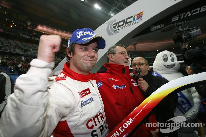 Ganador de la Carrera de Campeones Sébastien Loeb celebra