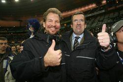 Organizador de la Carrera de Campeones Fredrik Johnsson con el director del Stade de France Pascal S