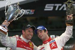 Carrera de campeones, ganador Sébastien Loeb celebra con finalista Tom Kristensen