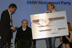 Dr Mario Theissen (BMW Motorsport Director) presents Team Principal Frank Williams with a going away