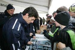 Mark Webber imza dağıtıyor