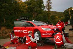 Citroën Sport team members prepare the Citroën C4 WRC