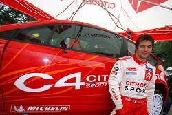 Sébastien Loeb pose avec la nouvelle Citroën C4 WRC de 2007