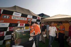 A1GP bij Word Powerboat GP van Dubai: Jos Verstappen geniet van een barbecue