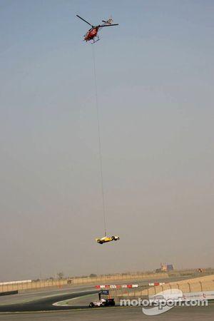 La voiture d'Alex Young emportée par un hélicoptère