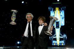 Flavio Briatore y Fernando Alonso con el trofeo de Constructores