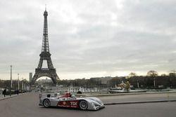 Tom Kristensen conduit la nouvelle Audi R10 au Jardins du Trocadéro