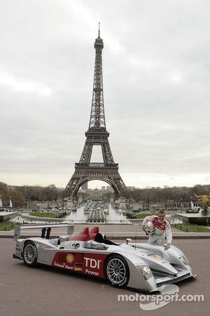 Tom Kristensen pose avec la nouvelle Audi R10