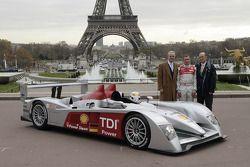 Prof. Dr. Martin Winterkorn, Tom Kristensen et Dr. Wolfgang Ullrich posent avec la nouvelle Audi R10