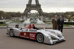Prof. Dr. Martin Winterkorn et Dr. Wolfgang Ullrich posent avec la nouvelle Audi R10