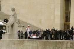 Tom Kristensen pose avec la nouvelle Audi R10 devant des journalistes internationaux