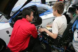 Un enfant MDA inspecte la voiture numéro 20