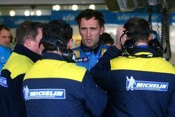 Franck Montagny discute avec les techniciens de Michelin