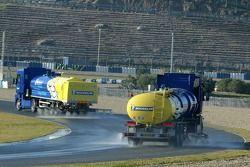 Des camions mouillent la piste pour les essais de Michelin