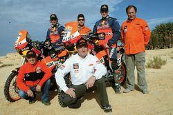 Team Repsol KTM Junior : Jordi Duran et Jordi Viladoms posent avec l'équipe Repsol KTM