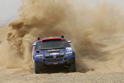 Volkswagen Motorsport: Jutta Kleinschmidt and Fabrizia Pons test the Volkswagen Race Touareg 2