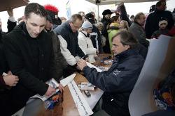 Volkswagen Motorsport departure in Wolfsburg: Carlos Sainz signs autographs