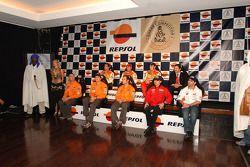 Présentation de l'équipe Repsol à Lisbonne: Luc Alphand, Stéphane Peterhansel, Nani Roma, Giovanni Sala, Marc Coma et Carlo de Gavardo