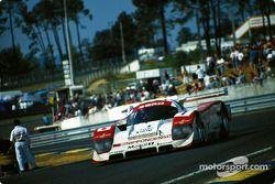 Eddie Irvine conduce el #1 SARD Company Toyota 94C el domingo en la mañana