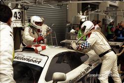 Pitstop #43 Team BMW Motorsport McLaren F1 GTR BMW: Peter Kox, Roberto Ravaglia, Eric Helary