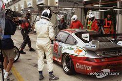 Arrêt au stand pour #73 Roock Racing Porsche 911 GT2: Manuel Mello-Breyner, Pedro Mello-Breyner, Tomas Mello-Breyner