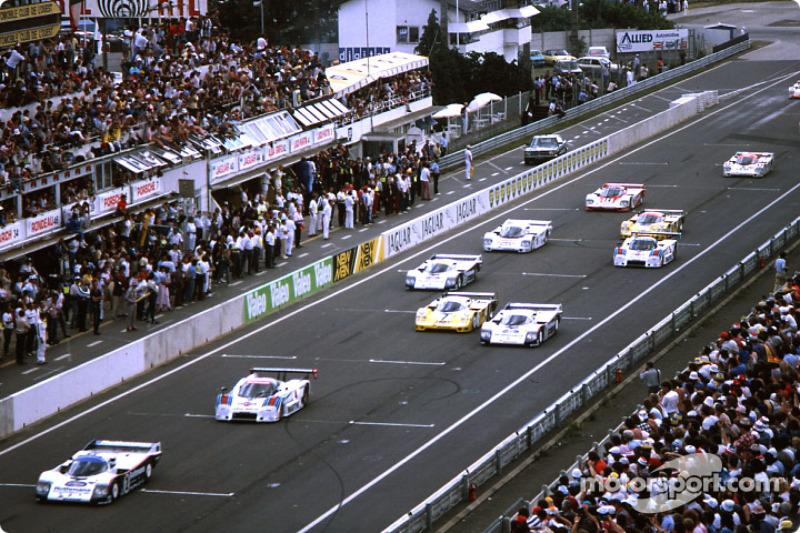 Départ: #2 Rothmans Porsche 962C: Derek Bell, Hans Stuck mènent la course