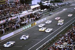 Salida: #2 Rothmans Porsche 962C: Derek Bell, Hans Stuck, en cabeza