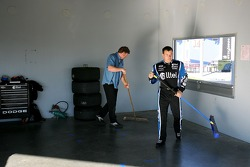 Ryan Newman aide à nettoyer le garage Alltel Dodge