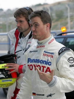 Ralf Schumacher returns to pit stop after stopping, track