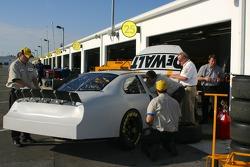 Les membres de l'équipe DeWalt Ford au travail