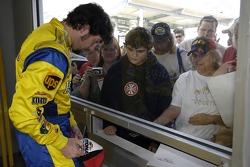 Elliott Sadler signe des autographes