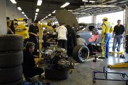 Elliott Sadler regarde son équipe changée le moteur