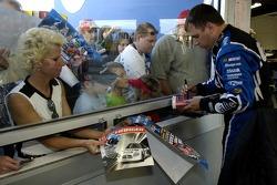 Ryan Newman signes des autographes