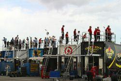L'équipe regarde l'action depuis le haut des camions